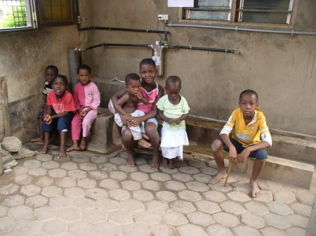 Die Waisen und Halbwaisenkinder haben jetzt perfektes bakteriologisch sauberes Trinkwasser
