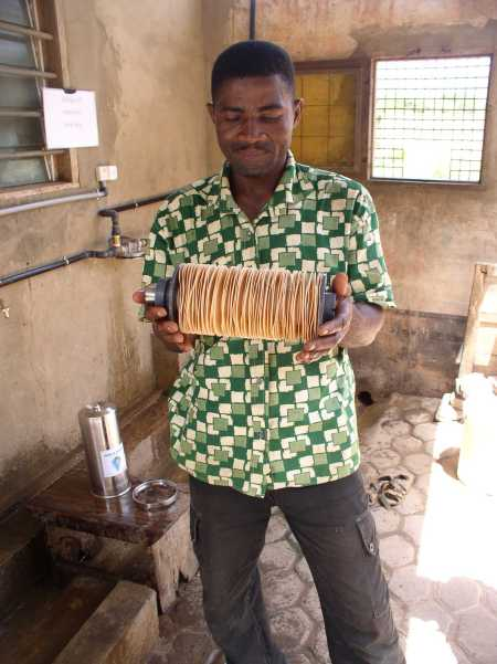 Claude reinigt 1x im Monat das Waterflowfilter mit sauberem Wasser