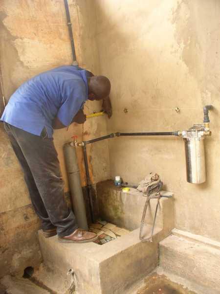Sanitärinstallateur bei der Vorbereitung der Wasserleitungsmontage nach aussen