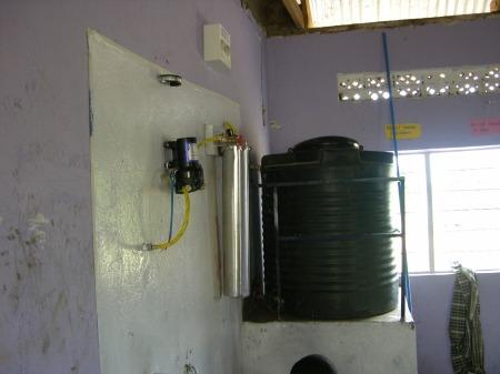 Regenwassertank, Waterflowsystem und die Wasserpumpe sind jetzt installiert und liefern sauberes Trinkwasser
