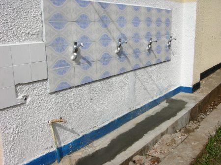 Jetzt kann die ganze Schule und die Bevölkerung aus den Wasserhahnen sauberes Trinkwasser entnehmen