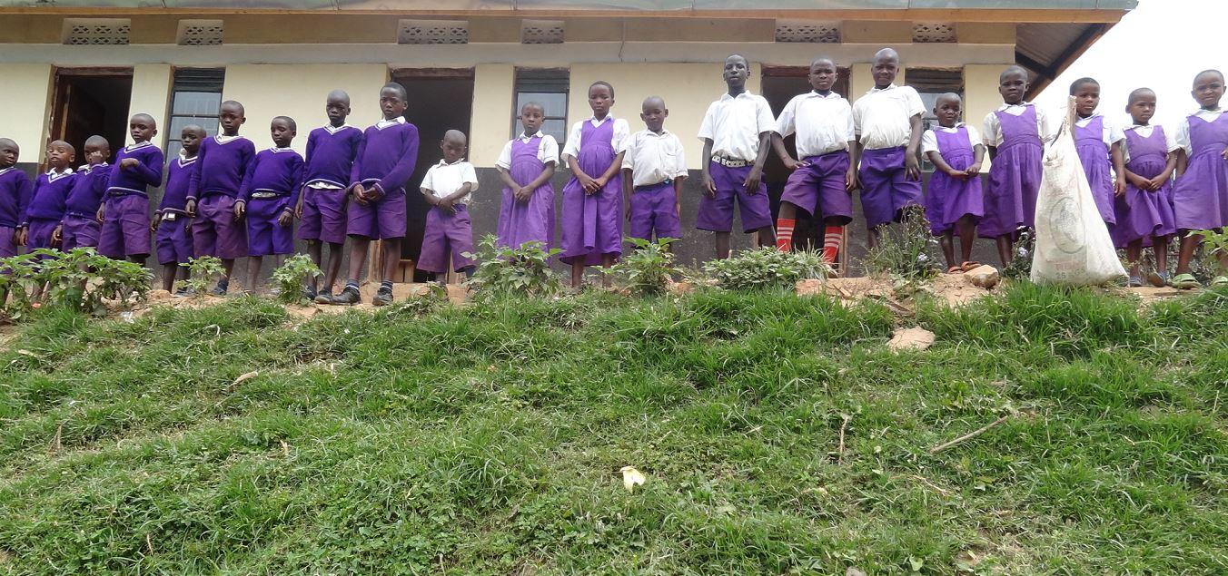 2 projekt seit mai 2015 fliesst auch bakteriologisch sauberes trinkwasser in nkuringo uganda. Black Bedroom Furniture Sets. Home Design Ideas